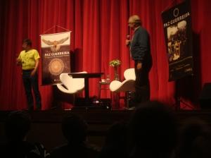Steve Jackson e seu tradutor...no fundo...cartazes de Paz Guerreira....